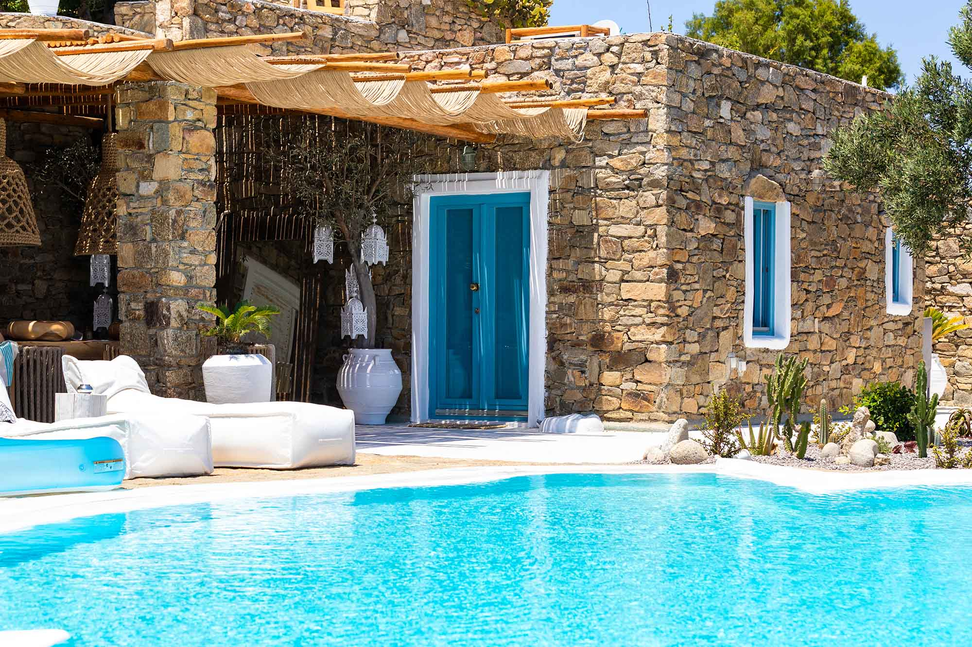 RENT A LUXURIOUS VILLA BY THE SEA IN MYKONOS - VILLA KARKOS - swimming pool under the sun
